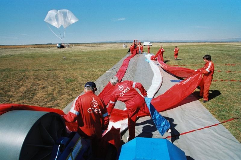 Dépliage d'un ballon stratosphérique. Crédits : CNES/C.BARDOU,1998